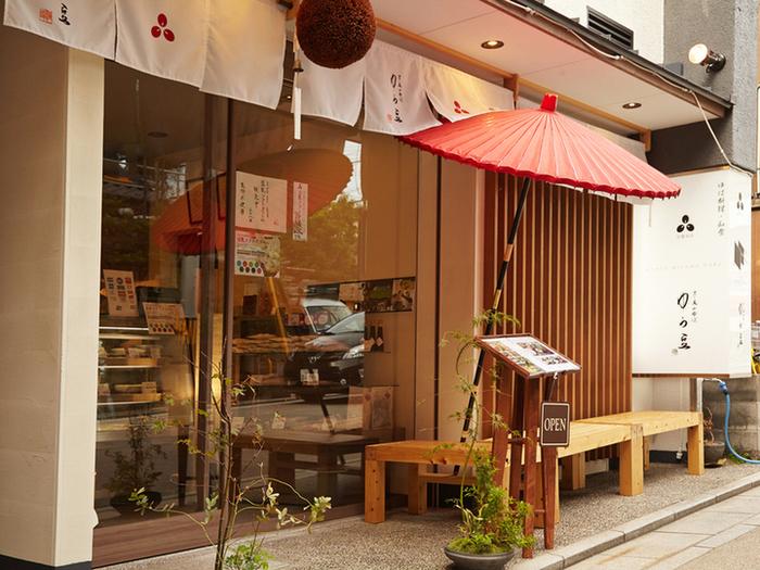 美山産大豆を使った手作り湯葉の製造卸店「京・美山ゆばゆう豆」直営の湯葉専門料理店「東山ゆう豆」。湯葉販売店の奥にお食事処があります。