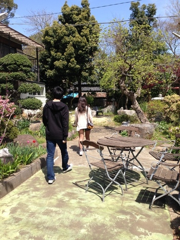 広い敷地にはお手入れされた花や植物がたくさん。そんなお庭を歩いているだけで、のんびりした気持ちになれます。