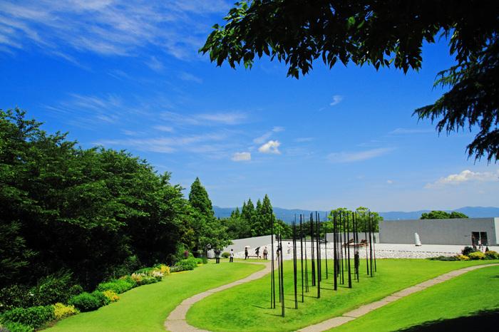 ときには週末、都会の喧騒を離れてゆったりとした時間を過ごしてはいかがでしょう。そこで今回は、上質な大人のショートトリップをご提案♪  旅の舞台となるのは――、静岡県駿東郡長泉町にある「クレマチスの丘」。東京の都心から静岡・三島方面へ、車で約1時間で行けるので、日帰り旅行にぴったりです。見晴らしのいい富士山麓の丘陵地にあるため、心地よい風と空気を味わえますよ。