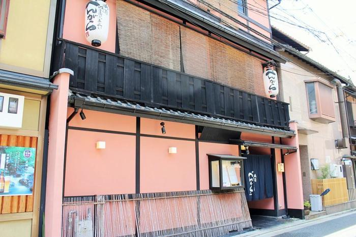 京料理会席を手軽に味わうなら「祇園べんがら」。元お茶屋の佇まいで京の季節の料理がいただけます。
