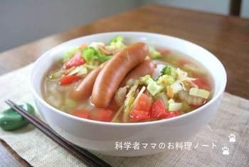ソーセージがメインのフォーレシピです。トマト、セロリ、ブロッコリーなどの野菜の彩りもキレイですね。