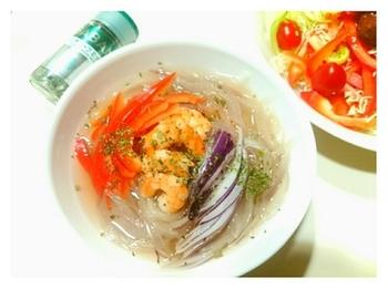 こちらのレシピは材料も簡単です。風味は、フレンチハーブのミックスを振りかけるだけ。コンソメスープに、玉ねぎ、パプリカ、エビの具材がそろえばできますよ!