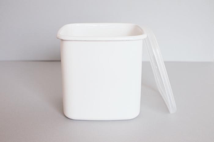 """野田琺瑯の保存容器、""""ホワイトシリーズ""""は、様々な食材の保存に重宝すると、評判のアイテムです。 こちらのスクエア型(Lサイズ)は、程よい高さがあるので、梅干しやジャムの保存にも最適。琺瑯のガラス質は、酸に強く、臭いもつきにくいので、清潔に使って行くことが出来ます。"""