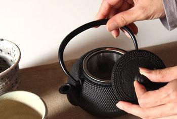 内部加工がされている南部鉄器の急須は南部鉄瓶に比べて手入れがしやすいのが特徴です。