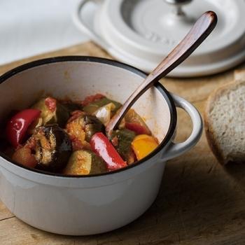 弱火でじっくり……20分ほど煮てから、予熱でじわじわ10分置くのがポイント。夏野菜のパワーと美味しさを閉じ込めたラタトゥイユの出来上がりです
