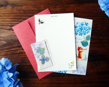 「あまり手先が器用じゃないし…」そんな人には、押し花付きのポストカードセットがおすすめです。メッセージを書いて、仕上げに押し花をポストカードに貼れば完成。