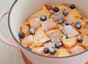 バーミキュラひとつでできる、パンプディング。余ったパンや、固くなったフランスパンのアレンジにもおすすめです。