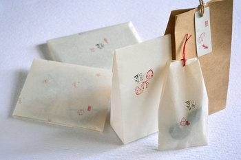 ちょっとした贈りものでも、袋にかわいいスタンプを押してみる。シンプルだけど、心遣いが感じられそうです。