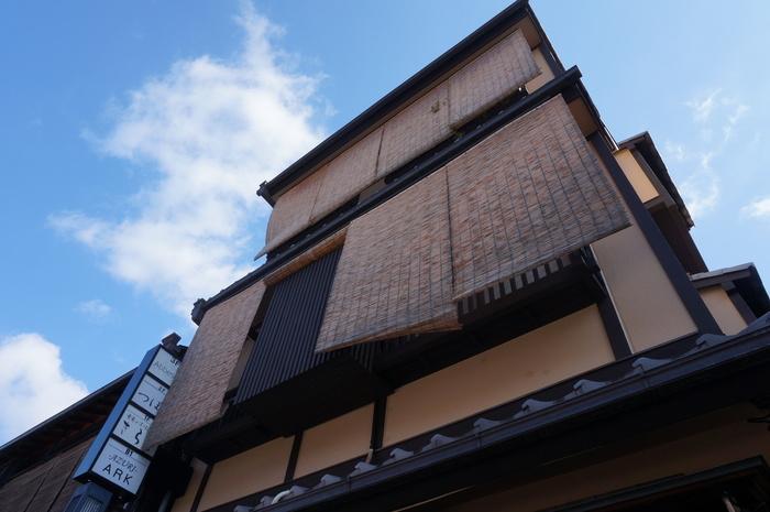 京町家の3階にあるフレンチレストラン「祇園 Abbesses」。個室はありませんが、子連れなどファミリーでも楽しめるお店です。
