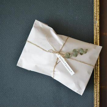 ラッピングペーパーで包んで、麻紐とワンポイントにミニタグを付けるだけでもおしゃれなラッピングが完成です!手先が器用でない方でも簡単にできますよ。