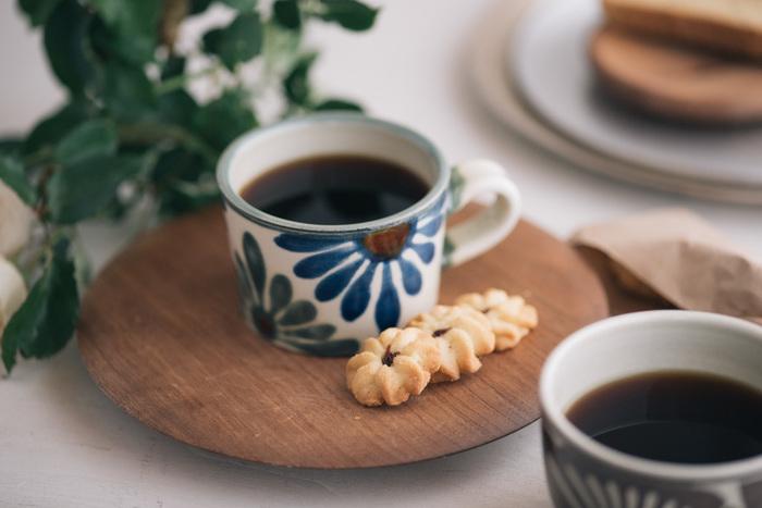 暮らしに沖縄の風を取り入れるなら、まずは沖縄の焼き物「やちむん」を。暮らしに根付いた素朴な風合いの器は、癒しのアイテム。こちらは、壺屋焼の窯元「育陶園」のマグカップです。ゆるりとくつろぎのティータイムをお過ごしください。
