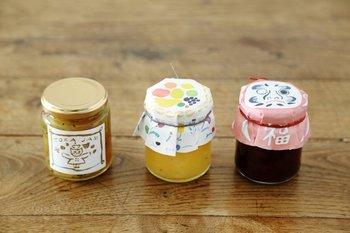 ビン詰めのギフトや手作りジャムなど瓶詰めは、イラスト入りの包装紙と紐でラッピングするのもおすすめ!瓶詰めの中身の色に合った包装紙を選ぶのがポイントですね。