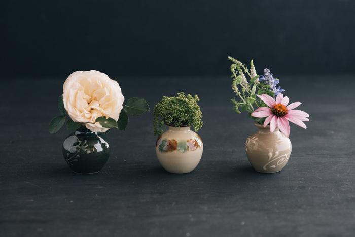 とても気さくなやちむんは、食器として楽しむだけでなく、花を生けたり、暮らしのさまざまなシーンに取り入れることができます。やちむんのミニ壺をいろんなアイデアで活用してみませんか?