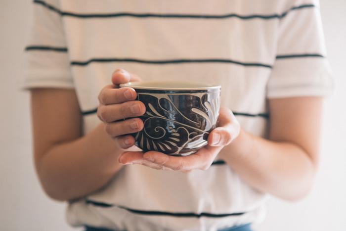 こちらは、唐草線彫のカップ。ころんと丸いフォルムが可愛らしく、すっぽりと手になじみます。お茶やコーヒーなど、和にも洋にも合います。