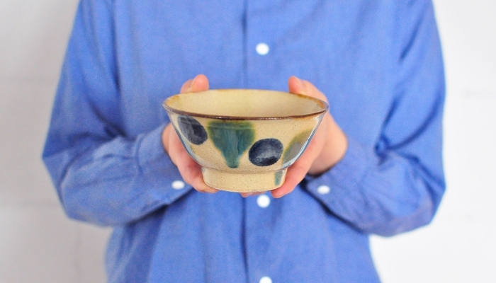沖縄・大宜味村の工房「田村窯」のマカイ。マカイとは、お椀のこと。やちむんの伝統技法をベースに、現代のセンスを取り入れています。大胆な絵付けが、沖縄らしいですね。