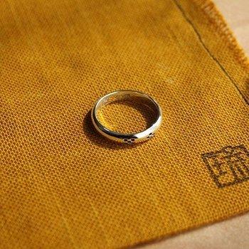 八重山ミンサー織りの柄をデザインした銀のリング。自然でシンプルな模様なので、特定のイメージにかたよることなく、どんな装いにもなじみます。プレゼントにもいいですね。