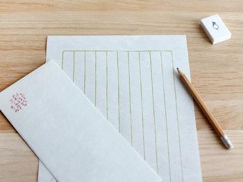 上質な和紙で作られたレターセットで手紙を書くのもおすすめです。「ありがとう」「おめでとう」「これからもよろしくね!」といったメッセージを書いてみてはいかがでしょうか?直筆の手紙に喜んでくれるかも。