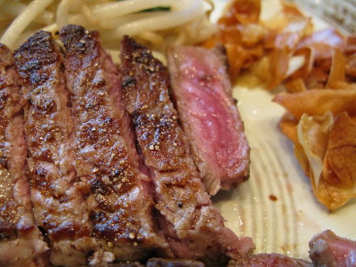 塩、胡椒などの調味料に至るまで厳選し、オリジナル製法による自家製油で目の前で焼き上げるステーキは絶品のひと言。金沢に来たら、1度は味わってほしい一皿です。