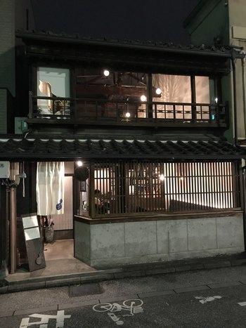 先程紹介した「ひらみぱん」の隣にある、大正時代の町屋を和風モダンに改装した居酒屋。農家から直接仕入れた新鮮な野菜や獲れたての魚介を使った、四季折々の料理を気軽に味わえます。