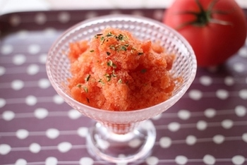 夏に旬を迎えるトマトを使った真っ赤なシャーベットは、さっぱりヘルシーな味わいです。さらに、相性のいいバジルを加えて、爽やかさをアップ♪