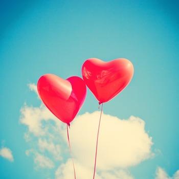 プレゼントは形あるものだけではありません。一緒に笑ったり楽しんだりした体験や感情も、忘れられない贈りものになるのではないでしょうか。そこで、友人や恋人、家族と一緒に楽しんで、その思い出を贈りものとしてプレゼントしたいという方におすすめのアイデアやヒントをご紹介します。
