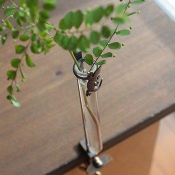 いぶし仕上げの真鍮でできたアンティークな一輪挿しで、試験管部分に水を入れてテーブルなどに固定します。沖縄では家の守り神といわれる家守(ヤモリ)の姿に癒されますね。