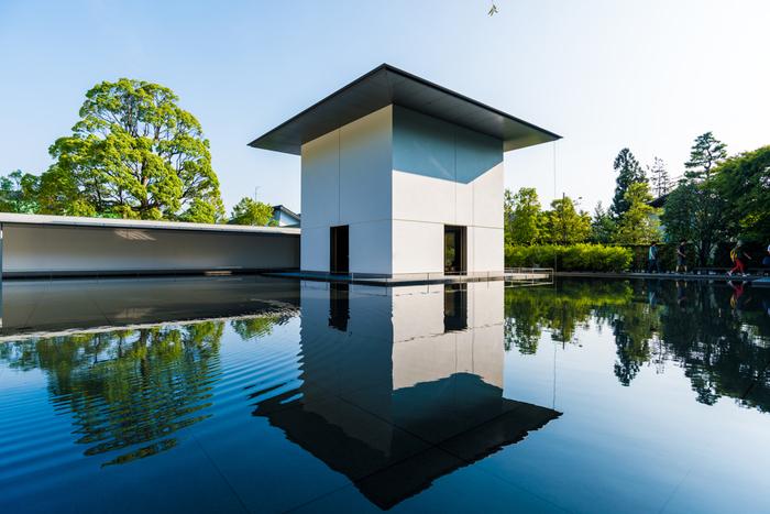 ■鈴木大拙館 禅を初めて海外に広く知らしめた鈴木大拙(すずき だいせつ)の記念館で、全国でもめずらしい禅を体現できる施設です。どこか浮世離れした静謐な空間で、非日常感のある着物がよく映えます。