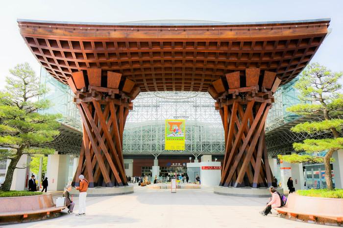 ■金沢駅 「世界で最も美しい駅14選」に日本で唯一ランクインした金沢駅。伝統芸能を活かした巨大な鼓門は、間近で見るとその威風堂々とした佇まいに圧倒されます。