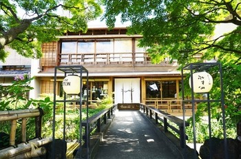 ■PASS THE BATON 京都祇園店 祇園の京町家をリノベーションして作られたセレクトリサイクルショップです。入口には白川のせせらぎを渡る橋があり、ここが絶好のフォトスポット。
