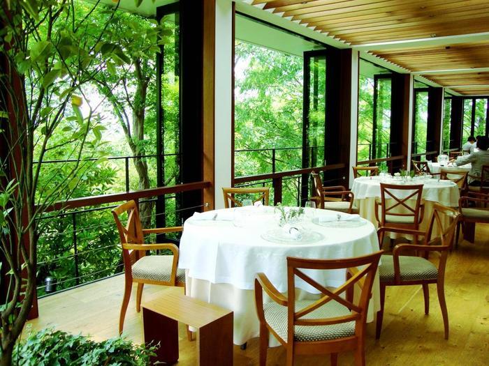 """緑を身近に感じられて、""""森の中のレストラン""""といった雰囲気。心が洗われる空間です。"""