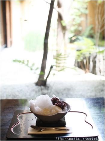 京都といえば和菓子や抹茶ですよね。和菓子の老舗・鶴屋吉信は2Fが喫茶になっており、四季折々の和菓子や甘味を風情のあるお庭を眺めながらいただけます。