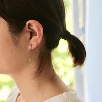 糸の先には小さな水晶がさりげなくついています。ひねりありとひねりなしの2種類から選ぶ、不思議な片耳イヤリングです。