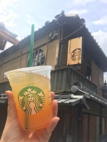 ■スターバックスコーヒー 京都二寧坂ヤサカ茶屋店 世界で唯一の、畳でコーヒーが飲めるスターバックス。暖簾や蹲(つくばい)など京都らしさを取り入れつつも、スタイリッシュで格好いい!