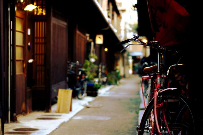 ■あじき路地 大正時代に建てられた築100年以上の長屋に、若手クリエイターが創作活動を行う「あじき路地」。建物は大正時代のもので、築100年以上の町家が軒を連ねる様は、まるで映画のセットのよう。
