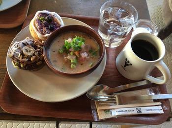 日替わりでメニューが変わる「おからのマフィン」は、オーガニックフルーツを使ったスイーツ系の他、野菜やきのこを使ったおかず系もあります。「ランチセット」は、日替わりのスープにマフィン2つとドリンク付。