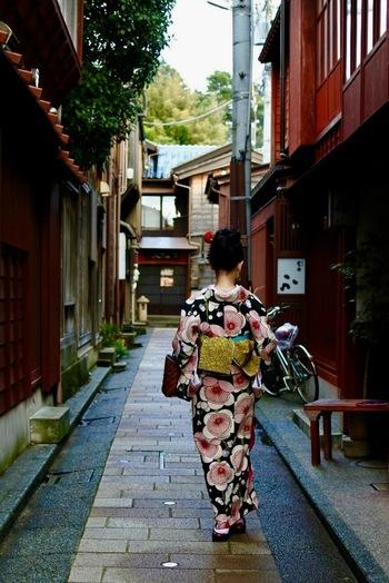 今回ご紹介した浅草、京都、金沢には、着物のレンタルショップがいくつもあります。レンタルなら荷物にならず、着付けもしてもらえるので、着物に慣れていない方でも挑戦しやすいですよね。