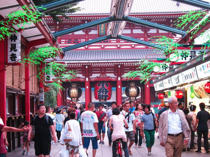 雷門をくぐるとあらわれる、江戸情緒たっぷりの名物商店街。活気にあふれたカラフルな景観が、着物の存在感を際立たせます。