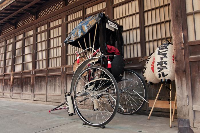 浅草の風情を演出するのに欠かせないのが人力車。着物姿で乗り込めば、絵になること間違いなし。