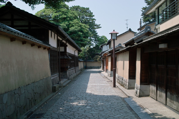 加賀藩士・中級武士たちの屋敷跡で、時代劇に出てきそうな石畳の小路は雰囲気たっぷり。奥方気分で散策を楽しんでみては?