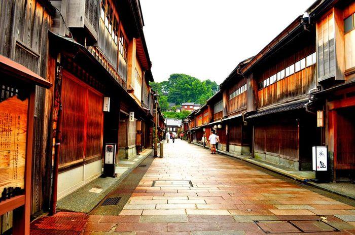 藩政時代の面影をとどめる、美しい出格子のお茶屋が立ち並ぶ観光名所。今でも三味線や太鼓の音が漏れ聞こえ、やはり洋服よりも着物で訪れたい場所です。