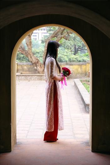 世界一美しい民族衣装ともいわれるアオザイ。ベトナム人と日本人は顔立ちが似ているため、海外の民族衣装ながら、わたしたちも着こなしやすい衣装です。