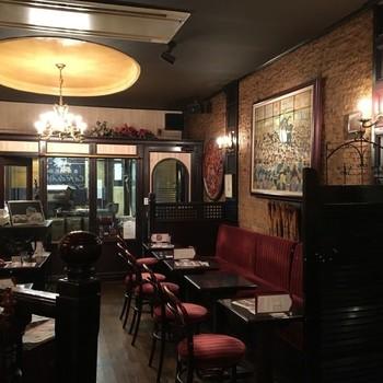 ■ローヤル珈琲店 本店 創業1962年、東京オリンピックの前から続くクラシックな純喫茶。何十年も変わらない時間が流れる店内に入ると、なんだかタイムスリップした気分に。