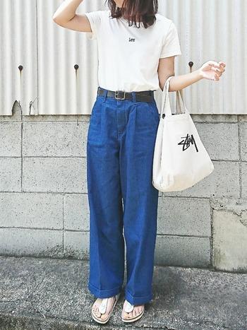 トレンド感のあるワイドシルエットのデニムには、ホワイトのトング型のビルケンを合わせて軽さをプラス。Tシャツとサンダル、そしてバックのカラーをリンクさせて全体にまとまりを持たせた大人カジュアルコーデです。