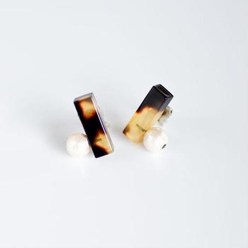 """眼鏡の生産地で有名な福井県鯖江市で生まれたアクセサリーブランド""""Sur""""。こちらは眼鏡のフレームに用いられるセルロースアセテートという素材を使って作られています。"""