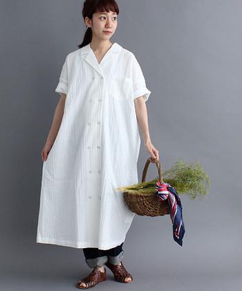 まっさらな白がまぶしいダブルボタンの開襟シャツワンピース。 1枚でも決まる素敵なデザインですが、デニムをインしてラフに着こなしてもおしゃれ。デニム以外にも手持ちのパンツを重ねて、いろいろと楽しめそう。