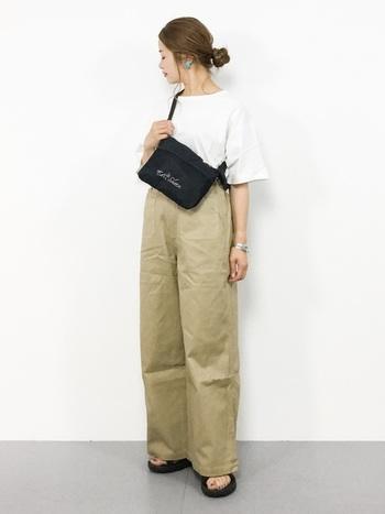 やや首元が開いた女性らしいデザインのTシャツは、ハリ感のあるベージュのワイドパンツを合わせることで大人カジュアルコーデに。バッグとサンダルをブラックにして統一感を出し、ヘアスタイルとアクセサリーで華やかさを出したバランスの良い着こなしです。