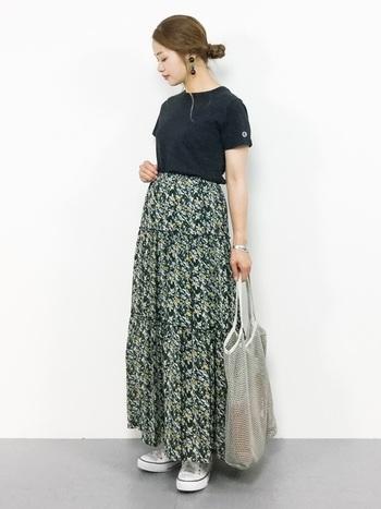 華やかなマキシ丈の柄スカートは、トップスに黒を合わせるとスッキリ大人っぽくまとまります。ややハイウエスト気味に穿くと脚長効果も期待できますね。