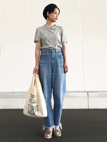 カジュアル度が高い切りっぱなしのデニムには、ライトグレーのTシャツをフルタックインし上品にまとめると◎。アクセサリーやヒールサンダルで女性らしさをプラスすることで、ワンランク上の大人カジュアルが実現します。