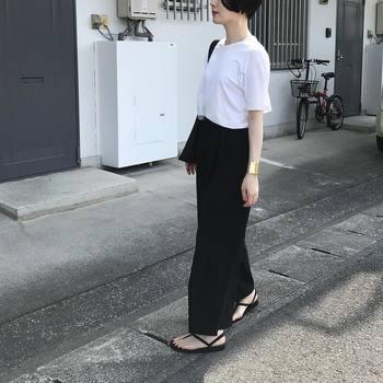 ボトムスをブラックにすれば、落ち着いた印象のモノトーンスタイルが楽しめます。アクセサリーのゴールドでアクセントをプラスするとコーデがぐっと華やかになりワンランク上の着こなしに。