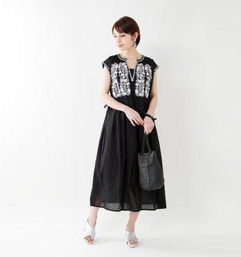 黒ワンピースの胸元に白でたっぷりと刺繍が施された、着るだけでエスニック感を取り入れられるシンプルなワンピース。黒×白の刺繍が入ったお洋服は、大人のエスニックコーデを簡単に楽しめる優秀なアイテムですね。